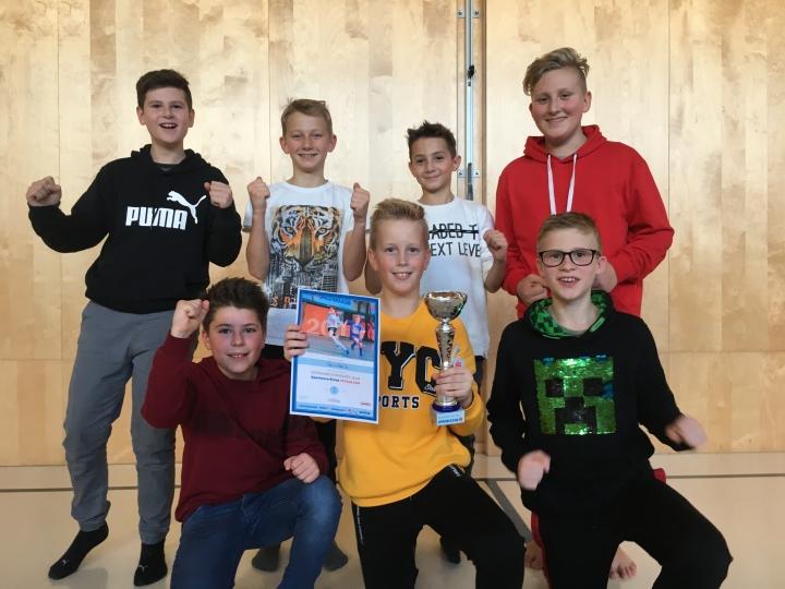 Überraschender Erfolg bei der Fußball-Hallenbezirksmeisterschaft Junges Team der NMS Rainbach erreicht drittenPlatz